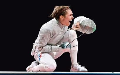 Rosjanka Sofia Pozdniakowa cieszy się po zwycięskiej walce o złoto w szabli