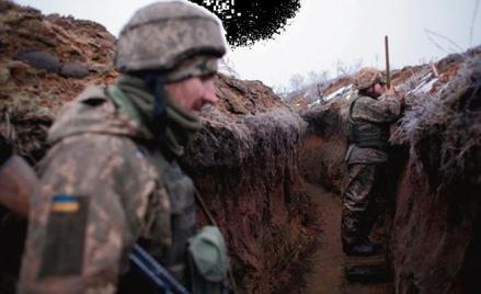 """Ukraińscy żołnierze na linii frontu, która powstała po podpisanych w lutym 2015 roku """"porozumieniach"""