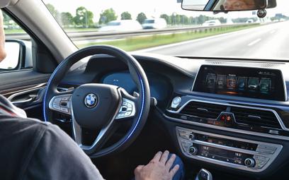Asystenci w nowoczesnych samochodach pozwalają już na półautonomiczną jazdę.