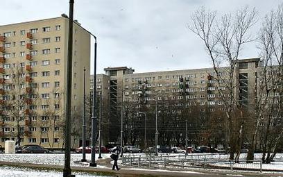 Bloki na warszawskich Bielanach. Jeden szary jak za PRL, drugi odnowiony. Ale czy mieszkańcom nie gr