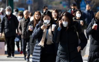 Na ulicach Seulu prawie nie spotyka się już przechodniów bez masek.