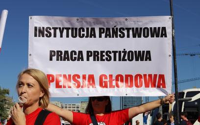 Protest pracowników sądów i prokuratury na placu Defilad w Warszawie.