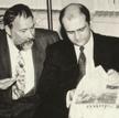 """1994 rok, Wilno. Dariusz Fikus i Jerzy Haszczyński przeglądają pierwszy numer """"Słowa Wileńskiego"""""""