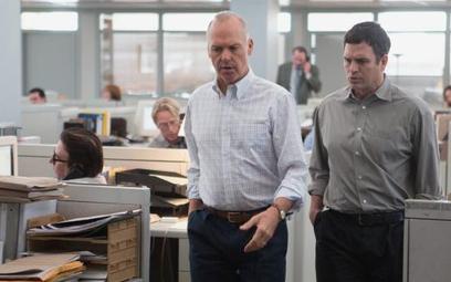 """Kadr z najlepszego filmu """"Spotlight"""": Michael Keaton i Mark Ruffalo"""