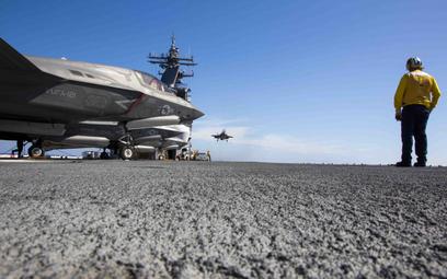 Samolot Lockheed Martin F-35B Lightning II ląduje na pokładzie dużego okrętu desantowego z pokładem