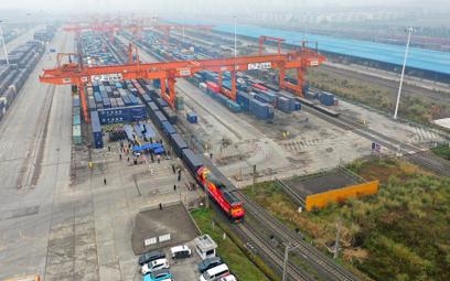 Spedytorzy przesiadają się ze statków na pociągi