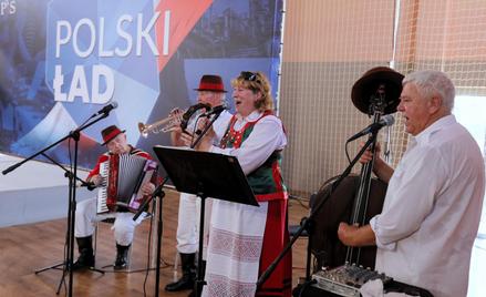 Występ zespołu ludowego podczas spotkania z udziałem prezesa PiS, wicepremiera Jarosława Kaczyńskieg