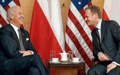 Wiceprezydent USA Joseph Biden podczas rozmowy z polskim premierem Donaldem Tuskiem