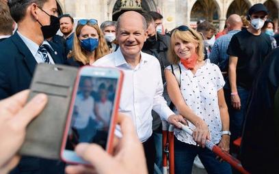Olaf Scholz, kandydat SPD na kanclerza, pozuje do zdjęcia ze swoją zwolenniczką podczas sobotniego w
