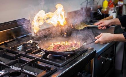 Azjaci często pracują w Polsce w branży gastronomicznej.