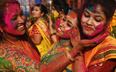 Hindusi witają wiosnę bitwą na kolory