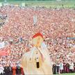 Jan Paweł II błogosławi wiernych przed mszą świętą w Białymstoku, 5 czerwca 1991 r.