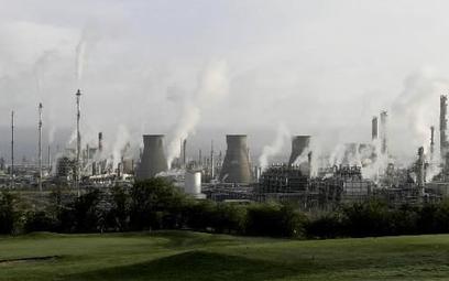 Tania ropa bije w firmy energetyczne