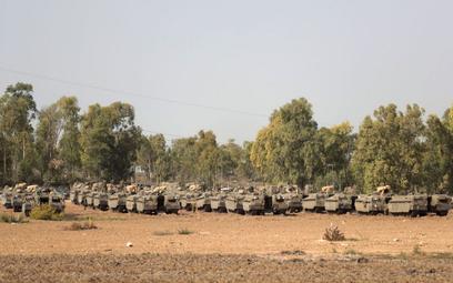 Pojazdy opancerzone wojsk izraelskich w pobliżu Strefy Gazy