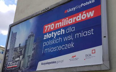 """Billboard kampanii """"Liczy się Polska"""", promujący """"770 mld zł dla Polski""""."""