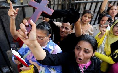 Około pięciuset salafitów (konserwatywnych muzułmanów) zgromadziło się w sobotę pod koptyjskim kości
