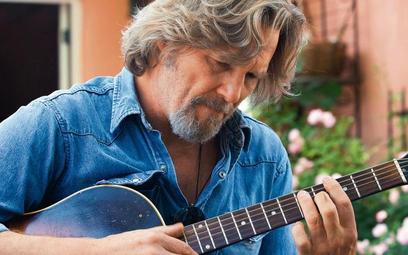 """Jeff Briges w """"Szalonym Sercu"""" gra podstarzałego piosenkarza country"""