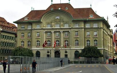 Szwajcarski bank centralny w mocnych kleszczach