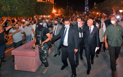 Tłum wspierający prezydenta Kaisa Saieda (drugi z prawej) na głównej ulicy Tunisu