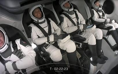 Crew Dragon: Kosmiczni turyści wrócili na ziemię