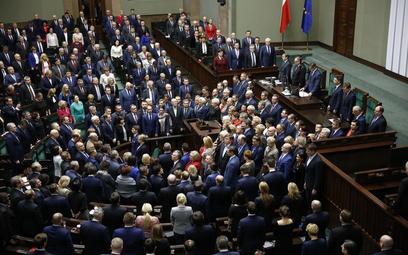 Sondaż: Zyskują PiS i PO. Cztery partie w Sejmie