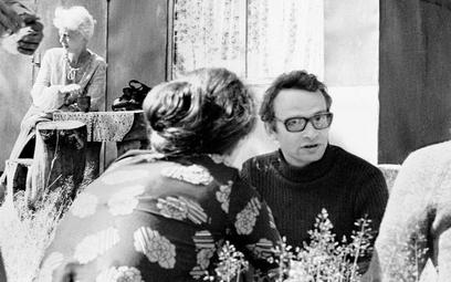 Jan Lityński (1946–2021) na pikniku środowiska Komitetu Obrony Robotników w 1977 r. W tle aktorka i