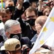 Kijów, 8 lipca. Petro Poroszenko wśród zwolenników pod sądem