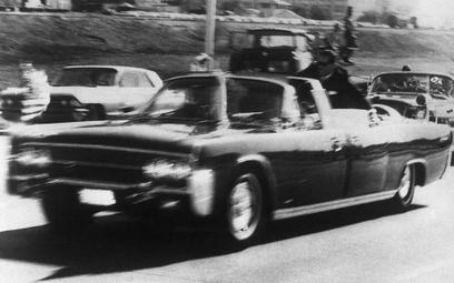 Limuzyna prezydenta Kennedy'ego na ulicy Dallas w sekundę po zamachu. Czy naprawdę strzelał tylko Le
