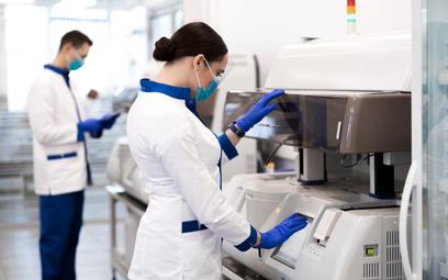 Naukowcy i firmy działają na rzecz walki z pandemią koronawirusa