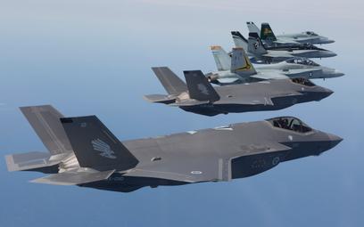Dwa australijskie F-35A w locie w szyku z samolotami F/A-18 Hornet. Fot./Departament Obrony Australi