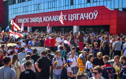 Białoruś: Po 100 tysięcy dolarów dla strajkujących zakładów