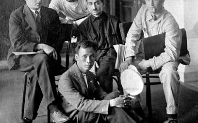 Delegaci na zjazd Kominternu w 1924 r. Na podłodze siedzi Ho Chi Minh, późniejszy przywódca komunist