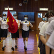 Wniesienie flagi w czasie uroczystości w szkole średniej w Hongkongu