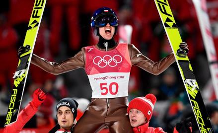 Kamil Stoch - złoty medalista olimpijski na ramionach Macieja Kota i Dawida Kubackiego