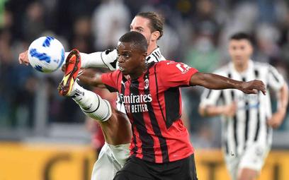 Piłkarze Milanu i Juventusu w walce o piłkę