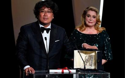 Koreańczyk Bong Joon-Ho odbiera Złotą Palmę festiwalu w Cannes od Catherine Deneuve