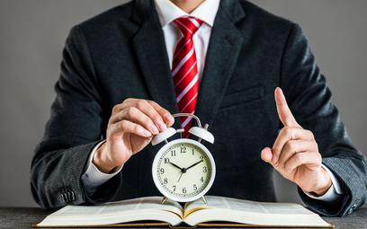 Zastępca nie może pracować dłużej niż zastępowany
