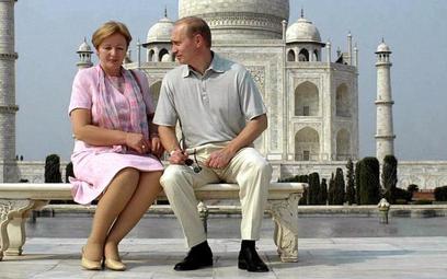 Byłe już małżeństwo Putinów na tle świątyni Tadż Mahal w Indiach (październik 2000 roku)