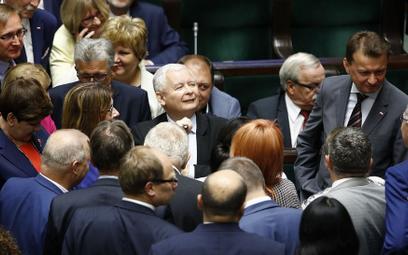 Sondaż: Prawo i Sprawiedliwość z samodzielną większością w Sejmie