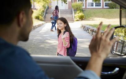 Kraków chce wprowadzić zakaz odwożenia dzieci samochodem do szkół