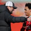 Trener Liverpoolu Jurgen Klopp i obrońca Trent Alexander-Arnold