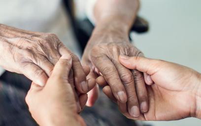 Matka zastępcza to nie najbliższa rodzina - WSA o świadczeniu pielęgnacyjnym z tytułu opieki nad ciotką