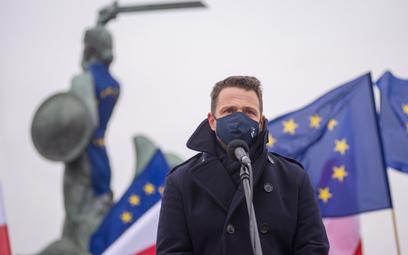 Rafał Trzaskowski przypomniał,, że dziś w wielu miastach, miasteczkach, polskich wsiach wywieszono f