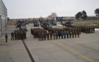 Wszystkich dziewięć słowackich Black Hawków podczas uroczystości formalnego odbioru ostatnich trzech