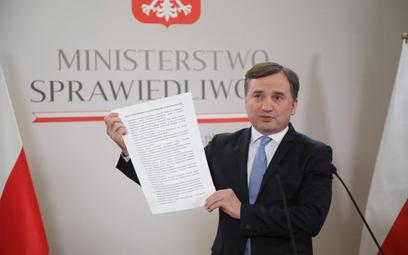 """Minister sprawiedliwości Zbigniew Ziobro podczas konferencji prasowej """"Stop szantażowi Unii Europejs"""