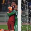 Piłkarze Romy, obrońca Aleksandar Kolarov i bramkarz Alisson Becker po meczu.