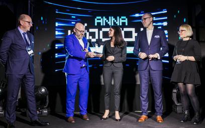 Anna Wójcicka, prezes Warsaw Genomics, odbiera Nagrodę Novitatis 2019 z rąk Bartosza Sokolińskiego z