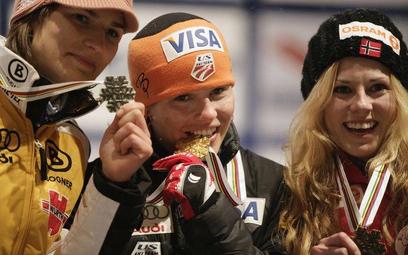 Podium pierwszych mistrzostw świata w skokach narciarskich kobiet. Od lewej: U. Graessler (Niemcy, s