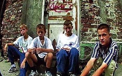 Pacek rozdał kamery kilkorgu dzieciom – mieszkańcom jednej z biednych praskich kamienic – by same op