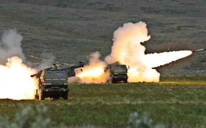 Wyrzutnie systemu HIMARS podczas strzelania. Fot./US Army.